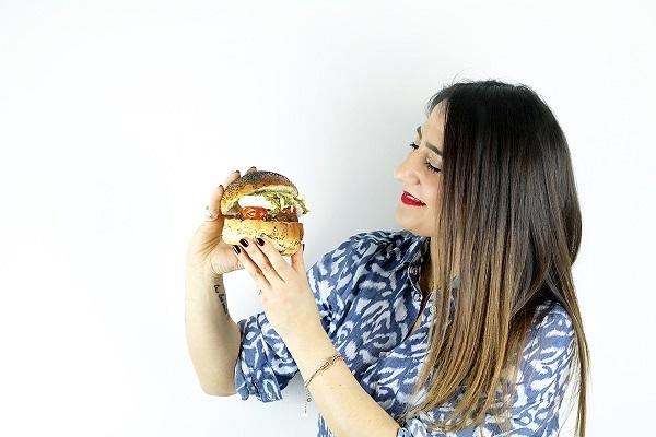 donna che sta per mangiare un hamburger
