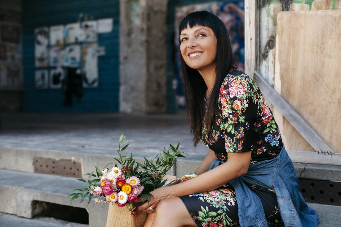 sandra bacci seduta con mazzo di fiori